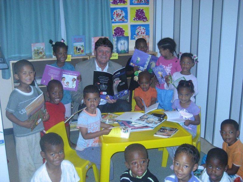 Lapa donates books to Dennegeur
